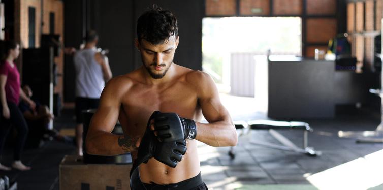 mann beim kickboxen