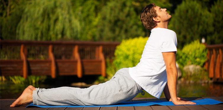 mann in einer yoga position