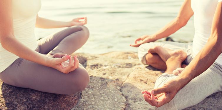 mann und frau beim yoga