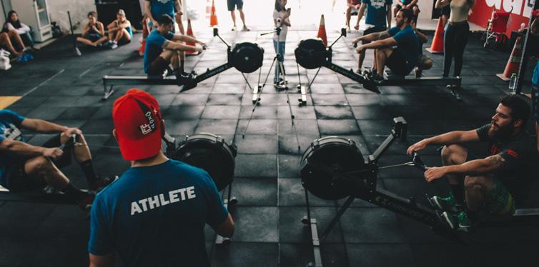 fitnessgruppe am trainieren