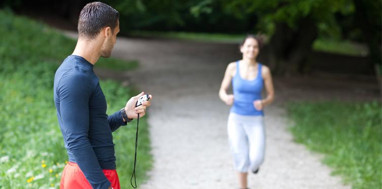 frau rennt mit personal trainer