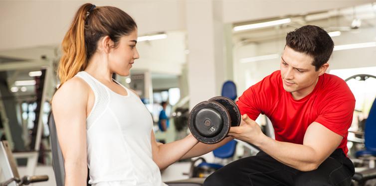 gewichte heben mit personal trainer