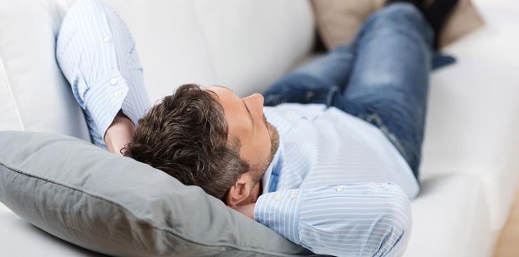 mann erholt sich auf der couch