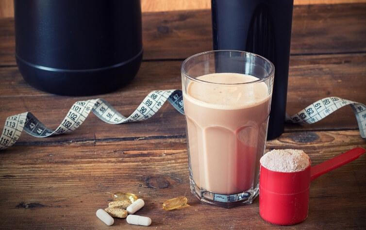 8 geniale Hacks damit Ihr Protein Pulver viel besser schmeckt